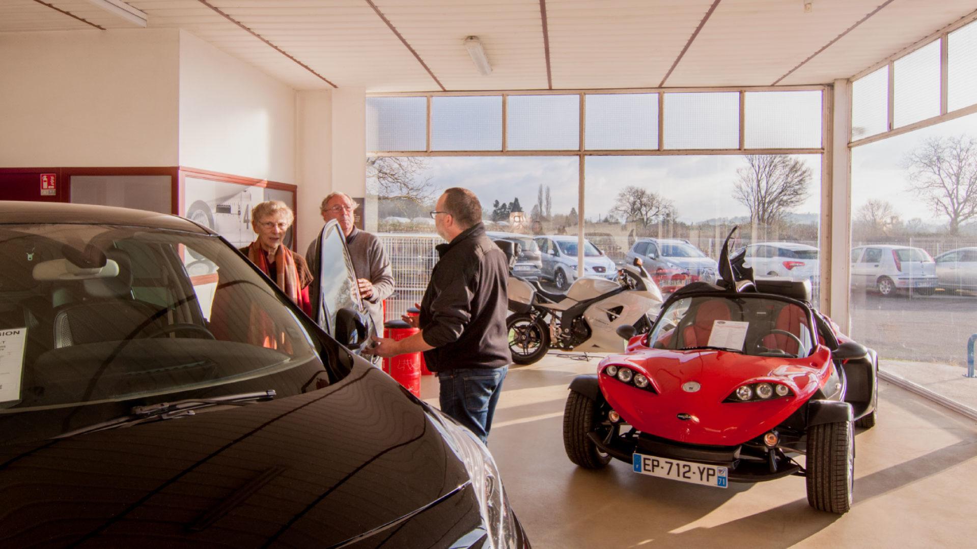 interieur-salle-exposition-vehicule-garage-de-cormatin